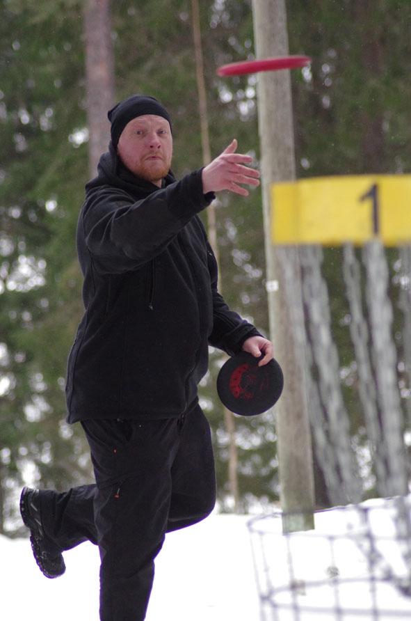 Jussi Torssonen on tarkka heittäjä – yhtään kiekkoa ei ole hukkunut talven mittaan lumihankeen.