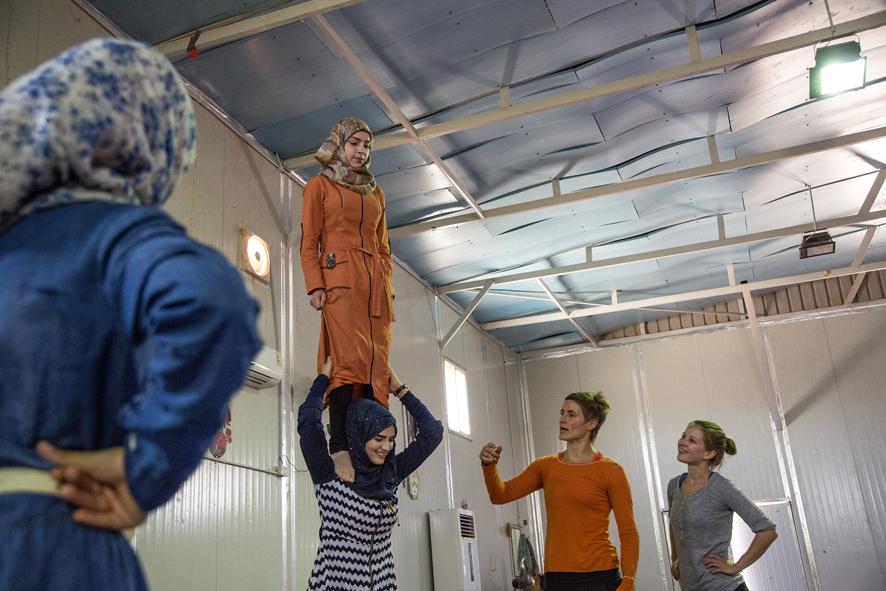 Fatima ja hänen ystävänsä Mona saavat sirkuksesta iloa ja toivoa arkeen. On hienoa nähdä nuorempien tyttöjen onnistuvan ja oppivan uusia sirkustaitoja. Kuva: Ville Asikainen.
