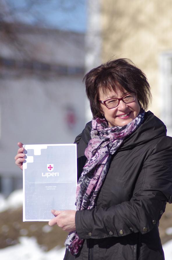 Kunnanjohtaja Hannele Mikkanen esittelee ilolla tilinpäätöskirjaa.