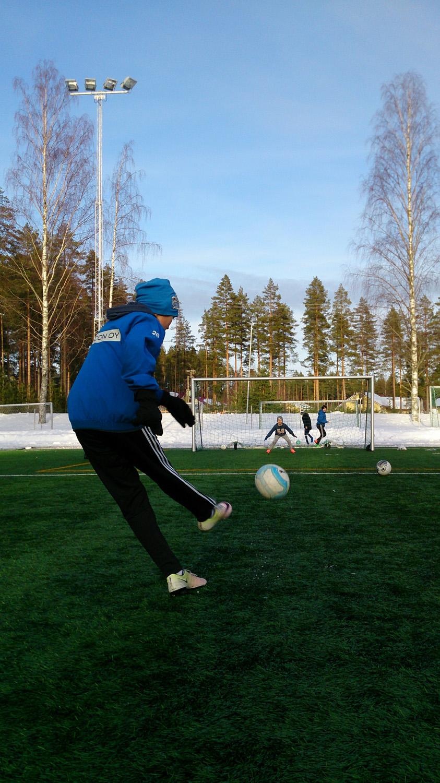 Otto Silvennoinen näyttää, miten palloa potkaistaan.