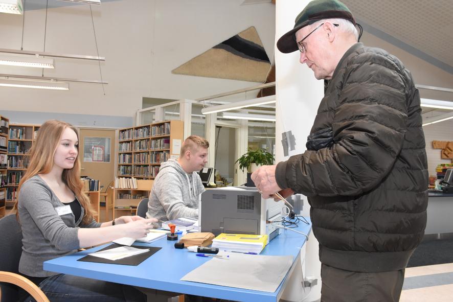 Paavo Räsänen kävi äänestämässä kirkonkylän kirjastossa. Vaalivirkailijoina toimivat Heidi Karosto ja Tommi Pitkänen.