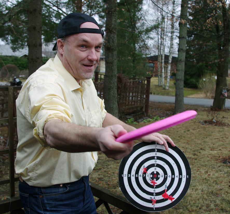 Jari Partanen on kiertänyt Liperin ja Rääkkylän frisbeegolf-radoilla kirjan taustatietoja keräämässä.