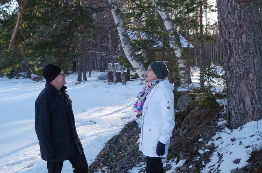 Matti ja Hannele Jokiniemi haistelevat kevättä vanhan rantamökkinsä tuntumassa.