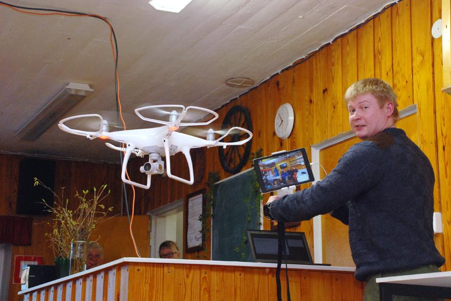 Hannu Putkuri esitteli kopterikameraansa Rääkkylän yrittäjille Rasihovissa.