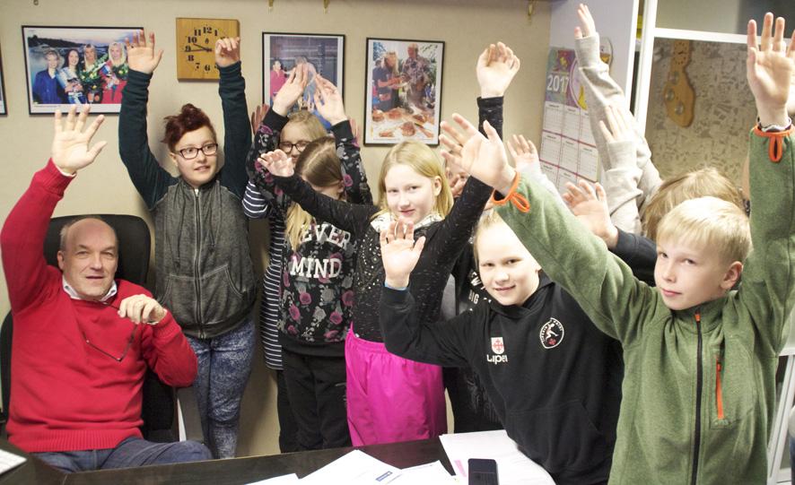 Perusopetuksen kehittäminen kuuluu jatkossa hyvinvointikoordinaattori-rehtorin tehtäviin. Kuvassa Liperin koulun 4. luokan oppilaat tutustuvat Kotiseutu-uutisten toimitukseen.
