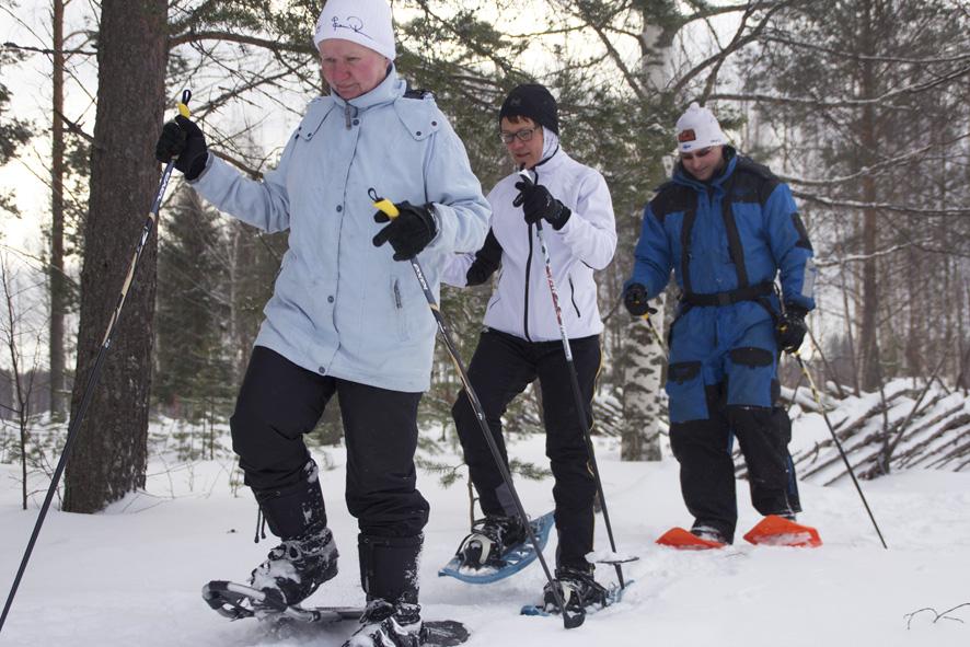 Maija Sutinen (vas.), Tiina Nevalainen ja Tomi Strandman nauttivat luonnossa liikkumisesta.
