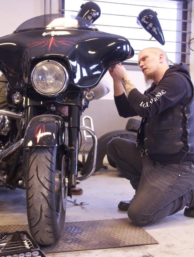 Mikko Paksuniemi tuumaa, että moottoripyörän huoltotyöt on hyvä tehdä nyt – jottei kesällä mene ajopäiviä hukkaan.