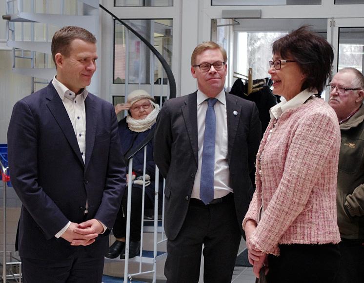 Valtionvarainministeri Petteri Orpo (vas.) sai Liperin kunnanjohtajalta evästystä ja evästä.