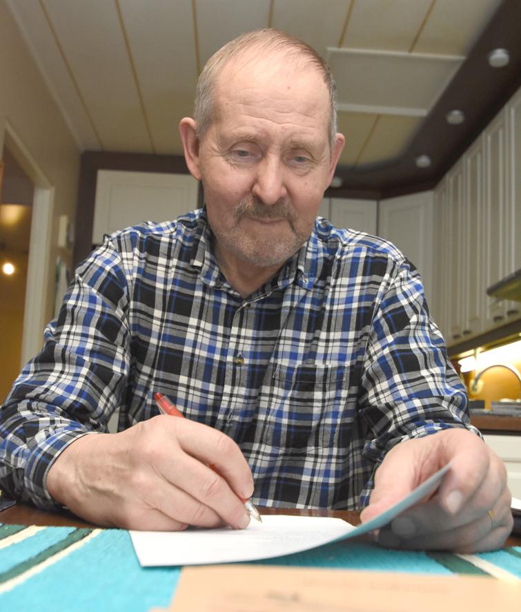 Raimo Asikainen kirjoittaa kronikkansa ensin käsin. Kirjan kannessa on Ida Lindströmin piirros Miitsun kotitilasta.