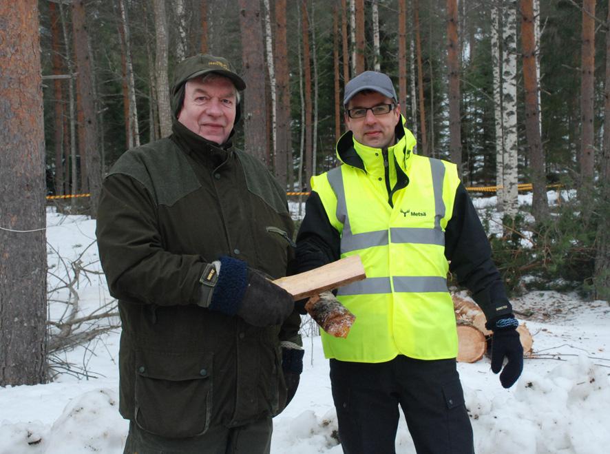Veli Luostarinen ja Tero Kinnunen kopsauttivat halkoja vallan vaihtumisen merkiksi.