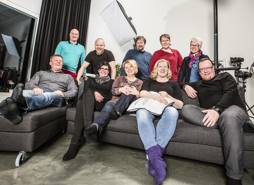 Liperin Yrittäjien hallitukseen kuuluu kymmenen jäsentä. Puheenjohtaja Satu Hirvonen istuu keskellä sohvaa.