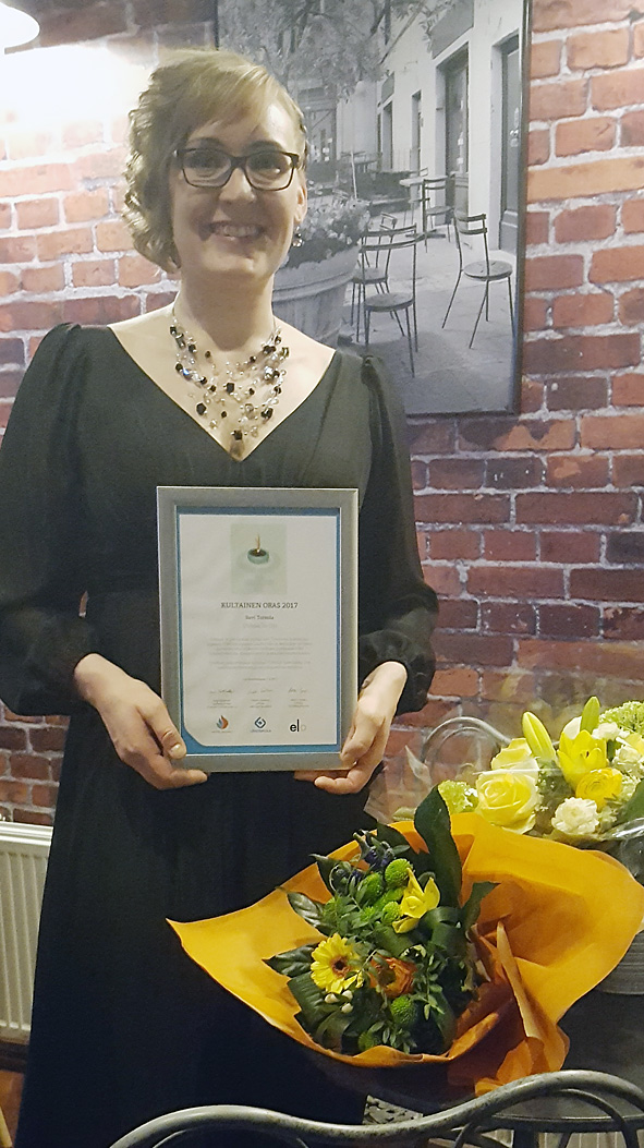 Suvi Toivola vastaanotti palkinnon Hämeenlinnassa.