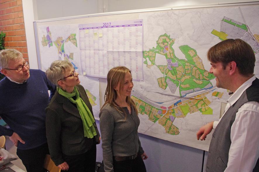 Ministeriön edustajat Timo Turunen, Tuija Mikkonen ja Satu Taskinen katsoivat Liperin kasvualuetta kartalta yhdessä Liperin teknisen johtajan kanssa.