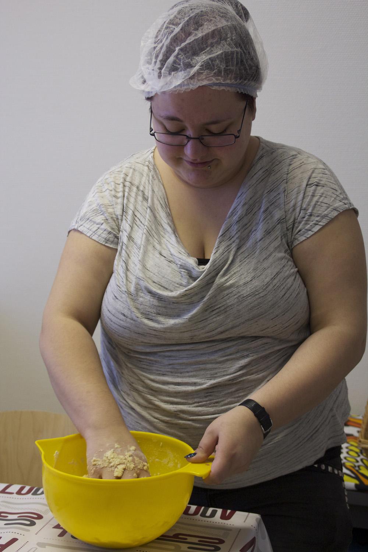 Vilma Savolainen tekee suolaisen piirakan pohjaa Ylämyllyn työpajassa.