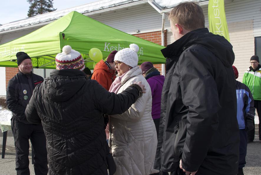 Anu Vehviläisellä piisasi puhekumppaneita Ylämyllyllä pidetyssä vaalitilaisuudessa.