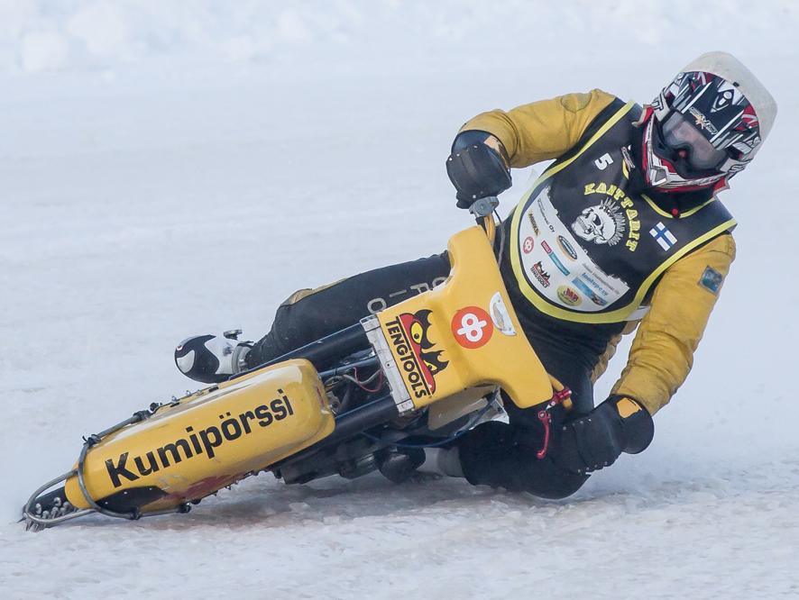 Jääspeedwaytä ajetaan viinan voimalla: polttoaineena pyörässä käytetään metanolia, voiteluaineena risiiniöljyä. Timo Kankkunen näyttää menemisen mallia. Kuva: Timo Eronen