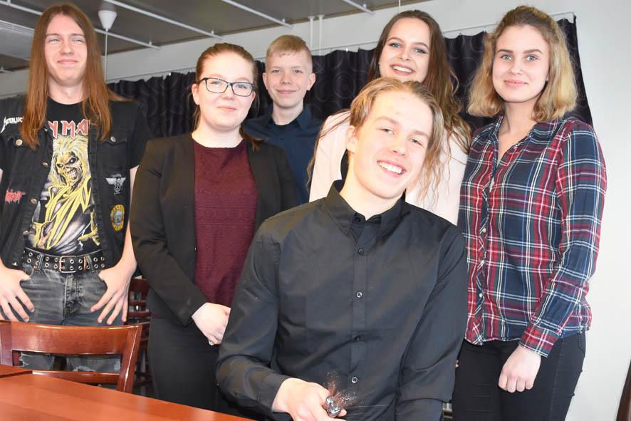 Liperiläinen Juuso Ratilainen (vas.) on mukana toista kertaa. Keikkoja järjestelee hänen vieressään seisova Anniina Peltonen.