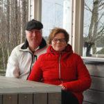 Jukka ja Anne Laasonen ovat kehittäneet hirsirakentamista vuosikymmeniä. Omalla kesämökillä rentoudutaan hirsipaneelielementistä kootussa pihakeittiössä.