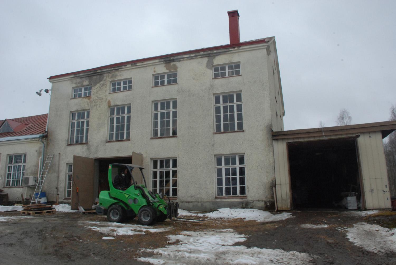 Myllymeijerin remontointi aloitettiin huhtikuussa siivouksella. Rakennuksen ulkopuoli rapataan, ja kuvassa oikealla näkyvä, varastona toiminut lisäsiipi puretaan.