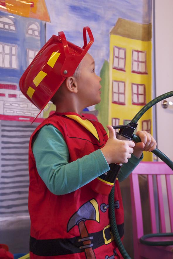 Palomies Olavi taistelee liekkejä vastaan.