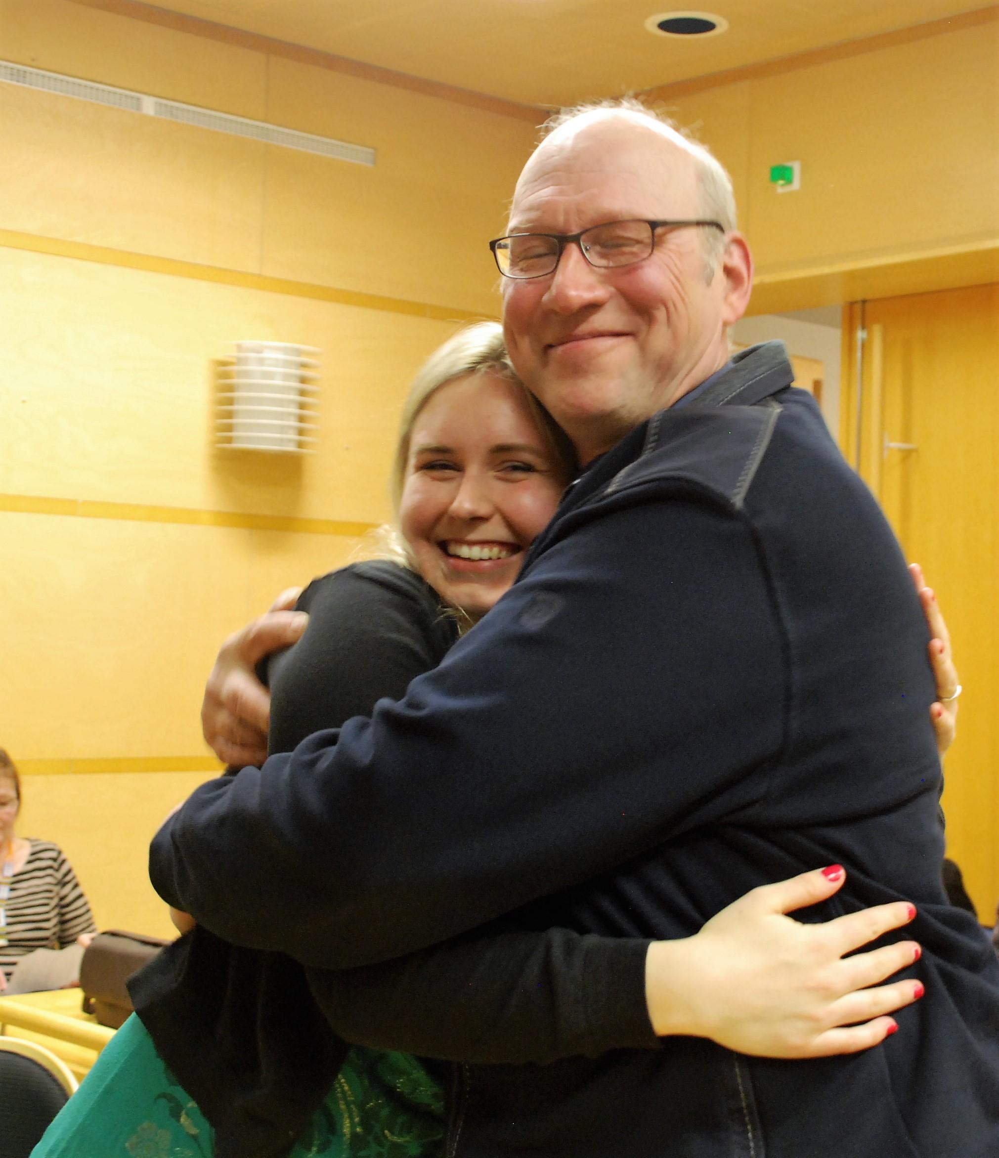 Rääkkylän seuraavan valtuuston nuorin päättäjä Ona Halonen sai onnitteluhalauksen apeltaan Urho Makkoselta. Kuva: Päivi Lievonen