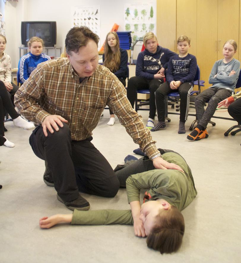 Petri Hiltunen opettaa Liperin koulun oppilaille ensiaputaitoja. Tajutonta esittää 6-luokkalainen Jesse Tanskanen.