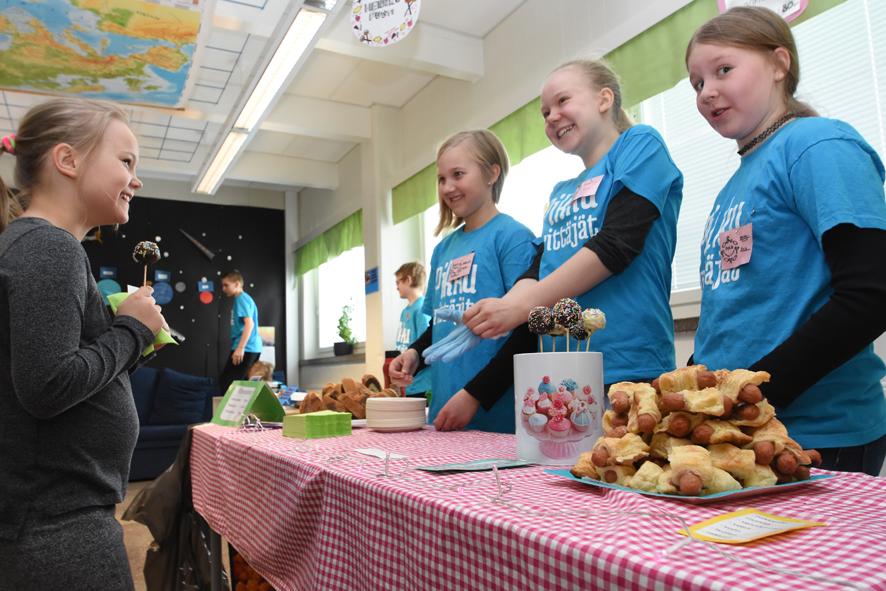 Piia Koivuselkä osti Martta Puhakan, Anna Kieloahon ja Pinja Koivuselän puodista kakkutikkarin.