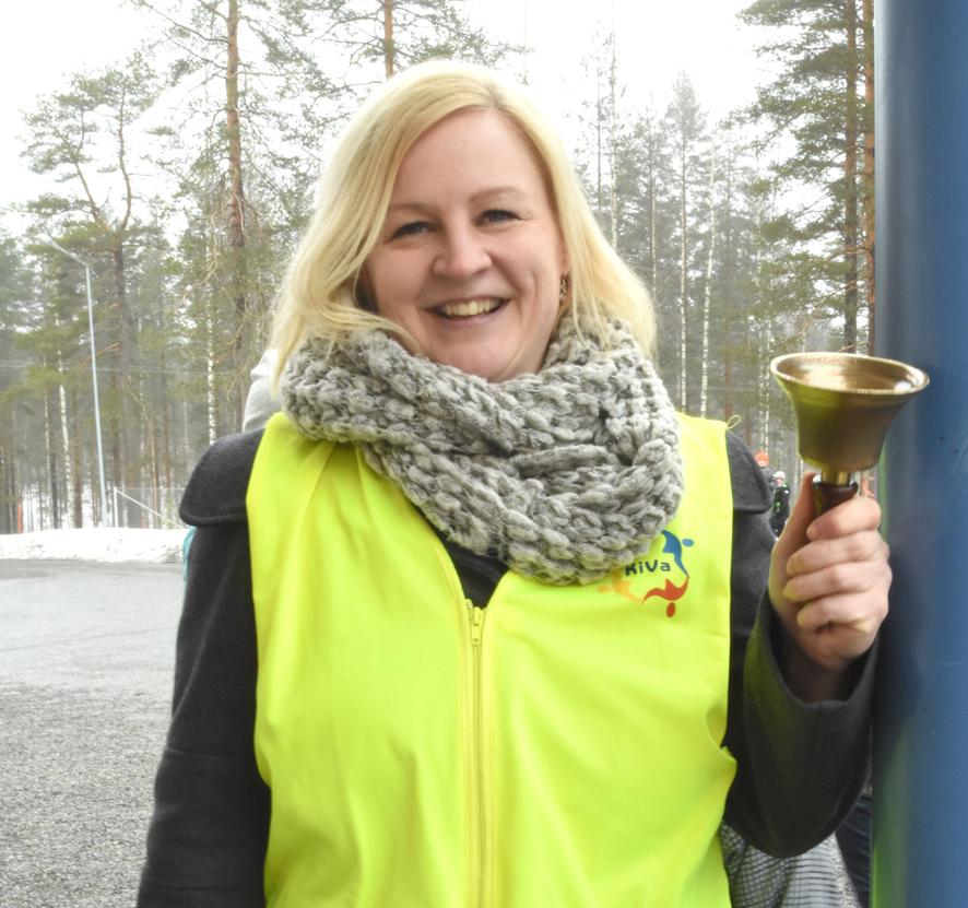 Välituntivalvojan varustukseen kuuluu Sanna Parkkisella keltainen huomioliivi ja soittokello.