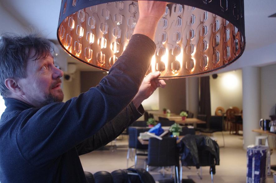Seppo Nissinen kertoo, että myös ravintola Siprun valaisimet ovat uuden uutukaiset.
