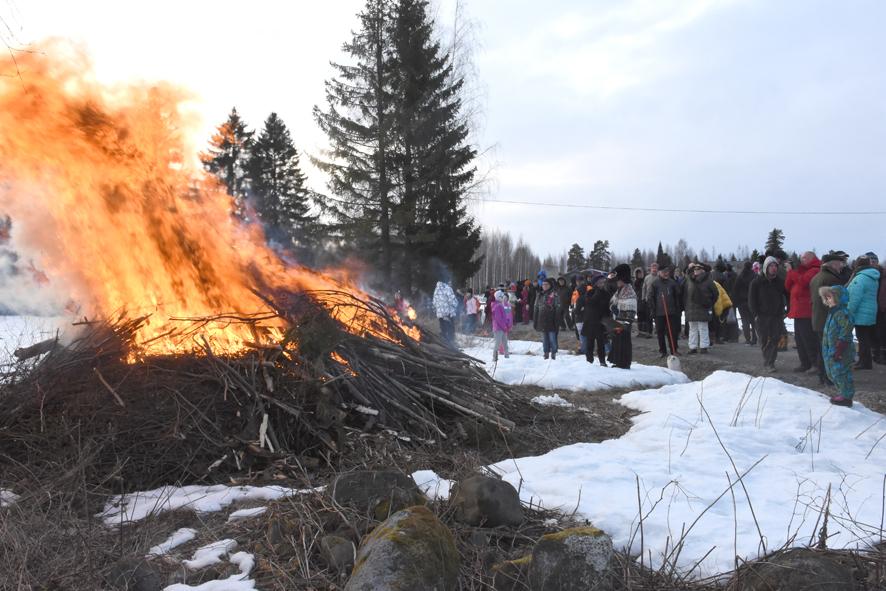 Kokko leimahti liekkeihin sukkelasti Aino Hirvosen ja Leila Erosen sytyttämänä.
