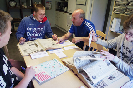 Jami Hovattala, Joonatan Martiskainen ja Otto Piirainen lukivat eri vuosikymmenten lehtiä Kotsarin toimituksessa.