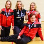 Kuvassa Eena Pesonen edessä, vasemmalta ylhäältä Venla Karjunen (Katja Karjunen valmentaja), ja Hanna Lappalainen. Kuvasta uupuu Sofia Manusardi.