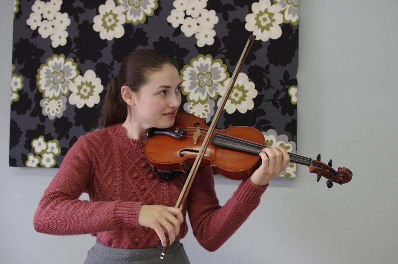 Viktoria on tyyni nauttiessaan soittaessa.