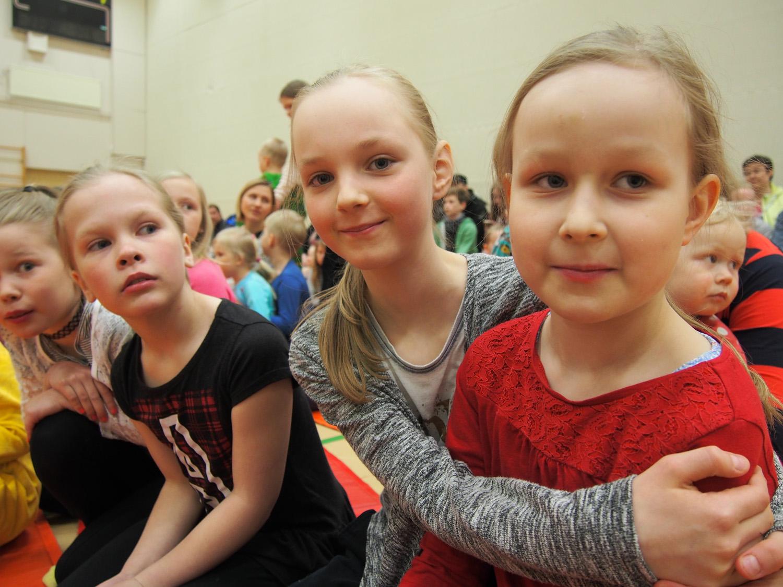 Kolmosluokkalaiset Suvi-Tuuli Kinnunen (vas) ja Bella Toivanen nauttivat vapun aaton Kid´s actionin tunnelmasta. Suvi-Tuulin vieressä Iida Toropainen ja Maiju Mikkonen.