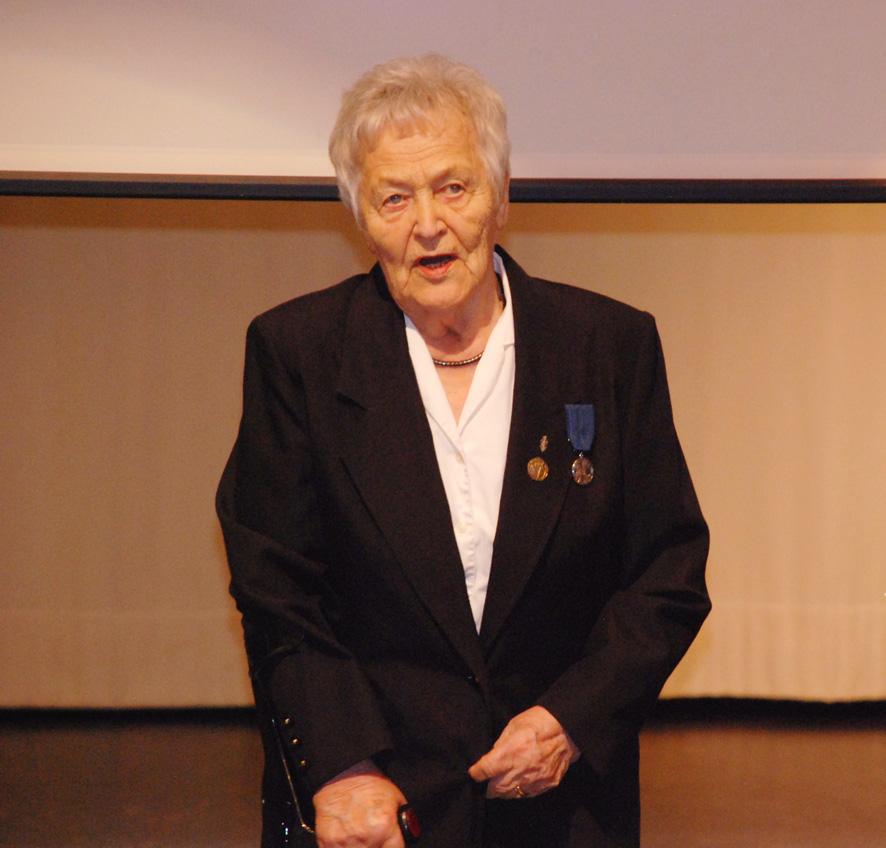 Ilmavalvonnassa palvelleelle Aili Kinnuselle myönnettiin Suomen Valkoisen Ruusun I luokan mitali.