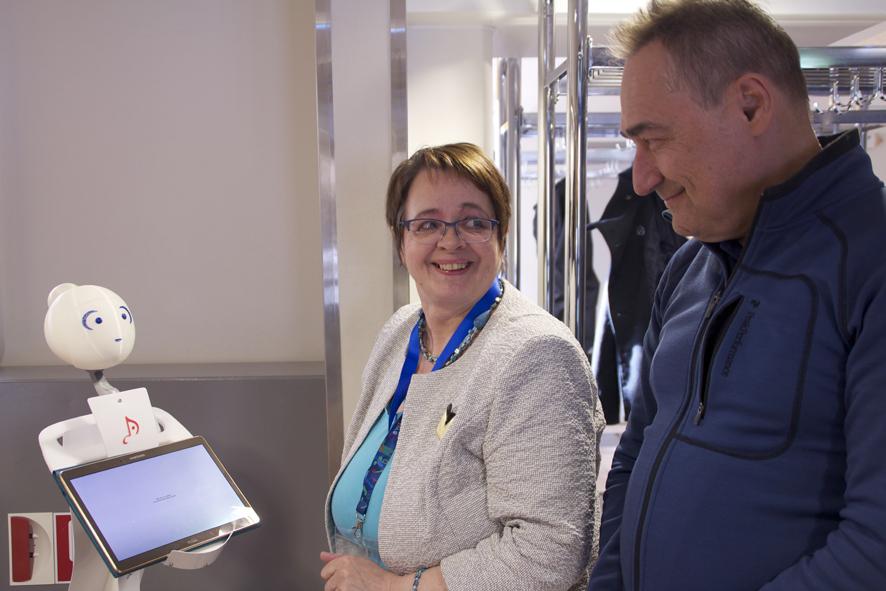 Maija-Riitta Hirvonen ja Ben Furman keskustelevat Milla-Maicci –laitteen kanssa.