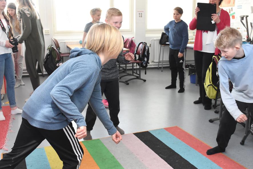 Pojat näyttivät jääkiekkoharrastusta tabletilla kuvaavalle Hannele Mikkaselle.