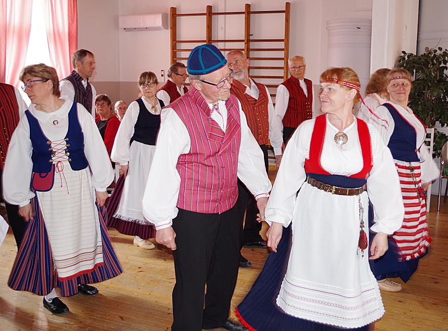 Honkalammen nuorisoseuran Äkkinäiset-ryhmä valloitti yleisön tanssillaan.