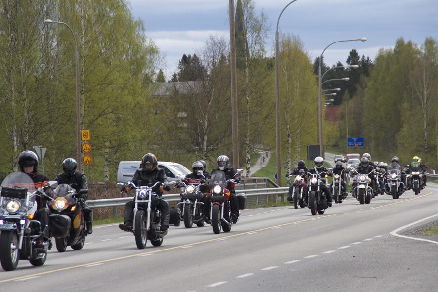 Motoristit saapuvat Liperiin.
