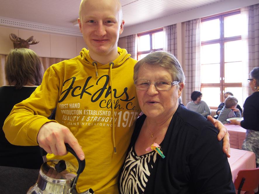 Rannikkoprikaatin sukeltajakoulusta kotilomalla oleva Leevi Laasonen kaappasi mummonsa Raija Laasosen kainaloonsa kesken kahvin kaadon.