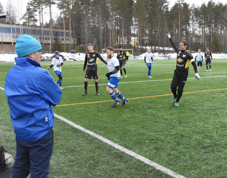Pallo on juuri sujahtanut sivurajan yli Yllätyksen valmentaja Marko Piitulaisen vieressä.