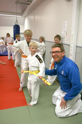 Apuohjaaja Janne Martikainen auttoi Aapel Mikkosen judogi-puvun vyön sitomisessa.