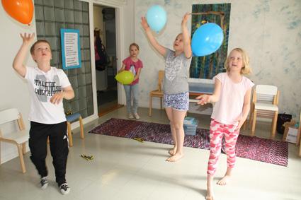 Aatu Peuha, Suvi Hyttinen, Saara Huikuri ja Saima Puhakka leikkimässä ilmapalloilla. Kerhossa on ollut kivaa ja leikittyä on tullut sekä sisällä että ulkona.