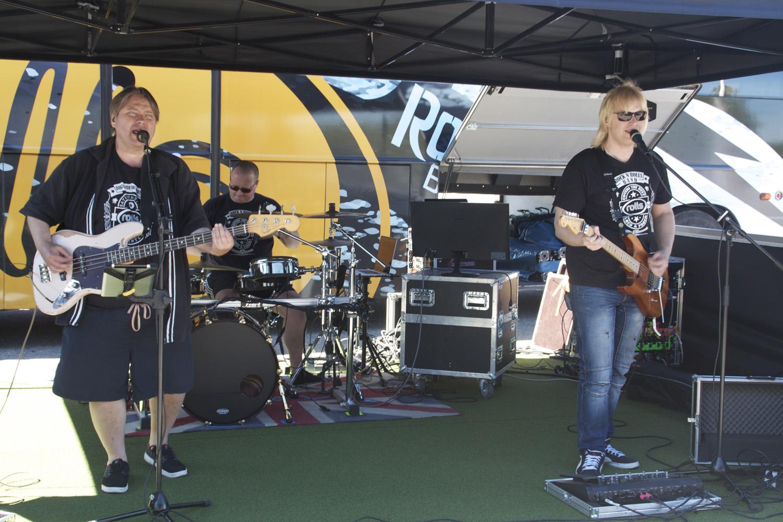 Rock'n Rolls bandin basisti-laulaja on ketjujohtaja Jouko Huumo, rumpali on Tommi Oksanen ja kitaristi Feetu Haavisto.
