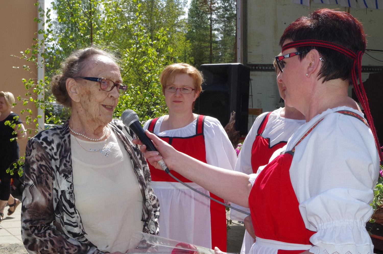 Vanhempainrenkaan puheenjohtaja Tiina Karvinen haastatteli koulun entistä oppilasta Fanny Mönkköstä. Taustalla Niina Pesonen.