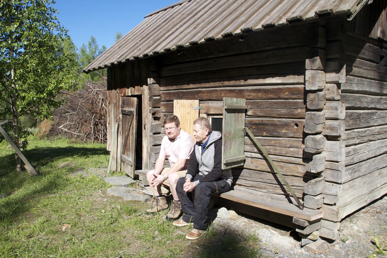 Liperi-Seuran alajaoksena toimiva Komperon kotiseutuosasto juhlii 60-vuotista taipalettaan perinteisten  juhannusjuhlien yhteydessä. Puheenjohtaja Antti Mutanen ja rakennusvastaava Markku Soininen kotiseutumuseon savusaunan edessä. Sauna on edelleen toimintakuntoinen, ja sitä lämmitetään.