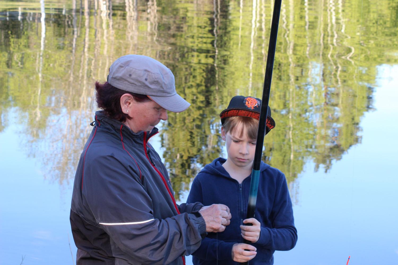 Sirkka ja Niko narraavat kaloja Kirkkorannassa.