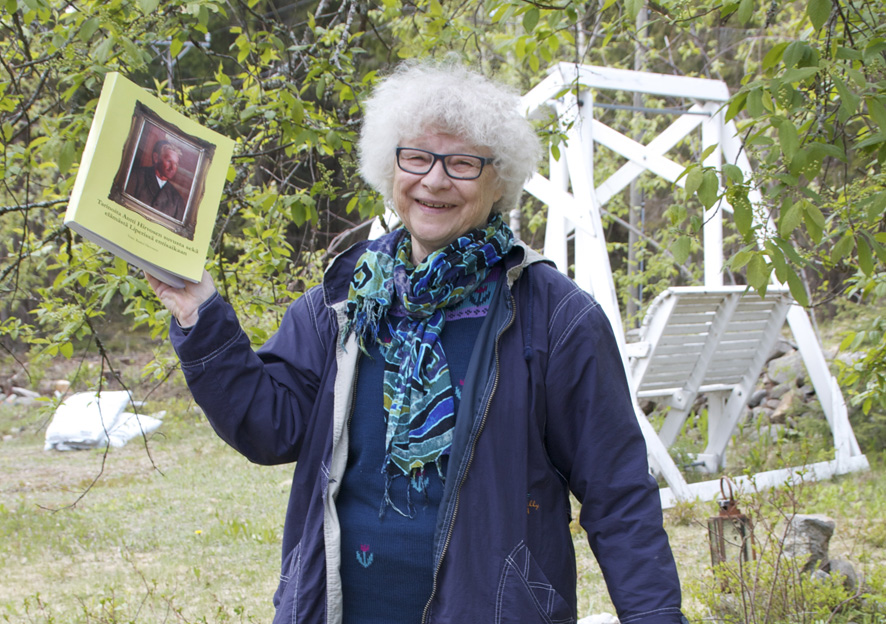 Raakel Hirvonen keräsi Hirvosen suvun Liperin haaran tarinat yksiin kansiin. Kokoelmateos julkistetaan tulevana lauantaina.