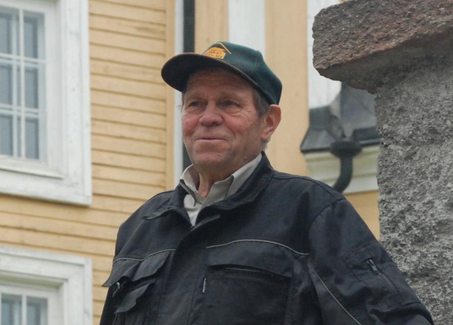 Aarne Rouvinen on kavunnut lukemattomia kertoja Rääkkylän kirkkomäelle laulamaan.