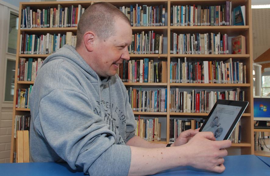 Ari Mäkiranta lueskelee e-kirjoja tabletilta viikoittain.